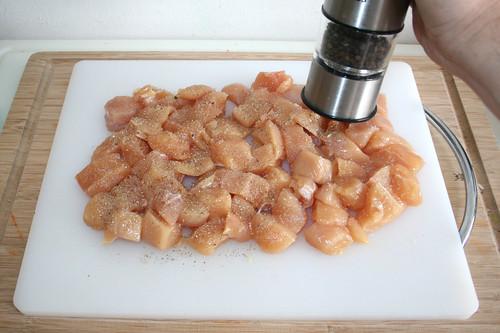 23 - Hühnchenbrustwürfel mit Pfeffer & Salz würzen / Season chicken dices with salt & pepper