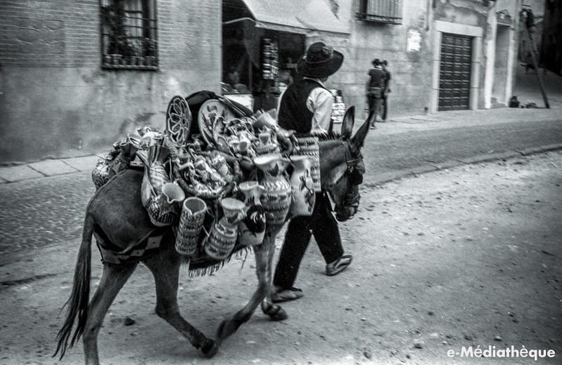 Vendedor de Cerámica en la Calle Reyes Católicos en Toledo en agosto de 1965. Fotografía de Jacques Revault © e-Médiathèque | Médiathèque SHS de la Maison méditerranéenne des sciences de l'homme