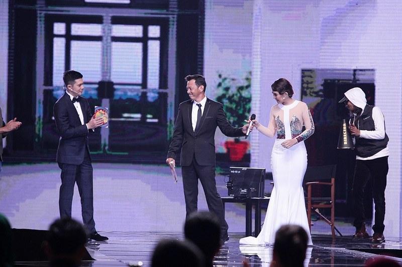 Penyampaian Anugerah Aktor & Aktres Pilihan DFKL 2016 oleh Irwansyah & Janna Nick