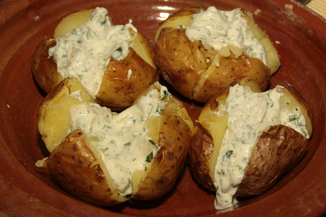 gepofte aardappelmet zure room en daslook