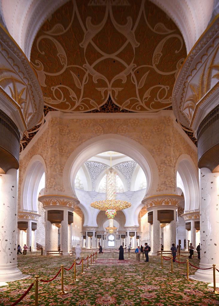 Interior de la mezquita de Abu Dhabi en Emiratos Árabes Unidos con alfombras y lámparas