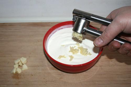 47 - Knoblauch in Joghurt pressen / Squeeze garlic in yoghurt