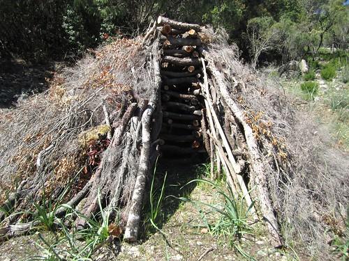 Construction d'une meule sur une carbunara du sentier