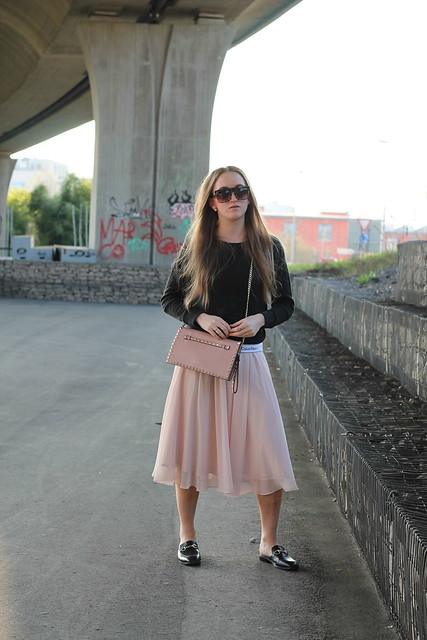 midi-skirt-and-calvin-klein-sweater-whole-look-front-wiebkembg