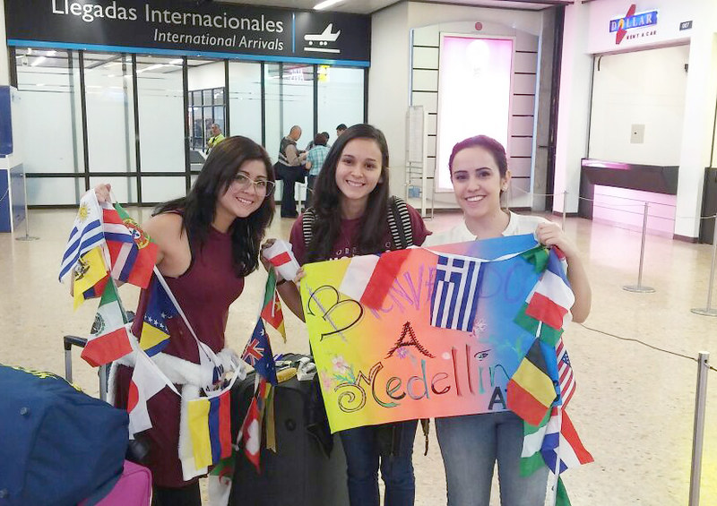 Três mulheres no aeroporto de Medellín na Colômbia