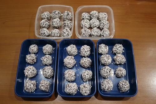 Dattel-Schoko-Kugeln mit Kokosflocken