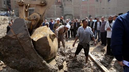 В Єгипті витягнули з болота розбиту статую фараона