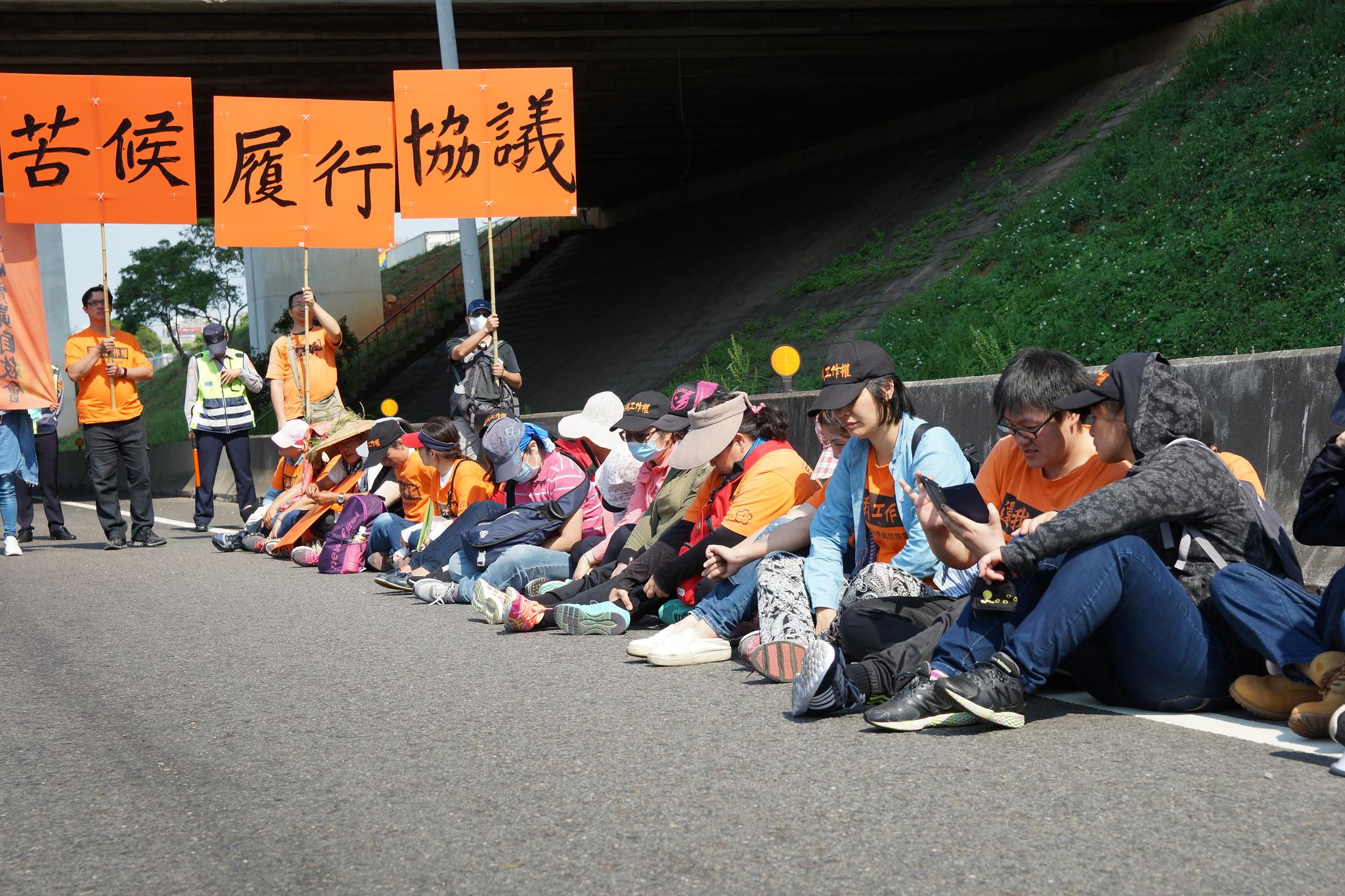 收費員在國道路肩排列長長隊伍,宣告將重啟抗爭。(攝影:王顥中)