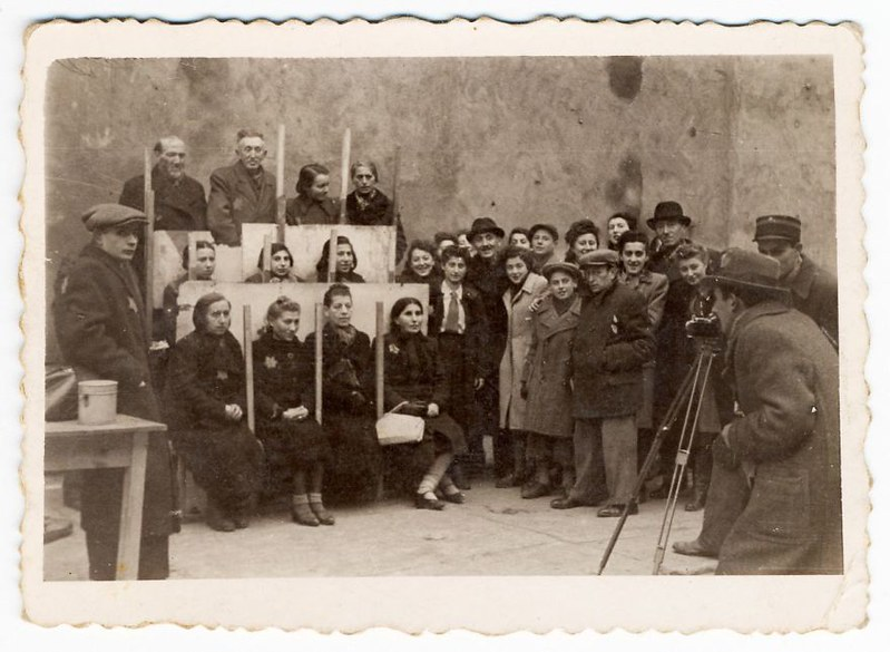 holocaust-lodz-ghetto-photography-henryk-ross-4-58e205b8109f7__880