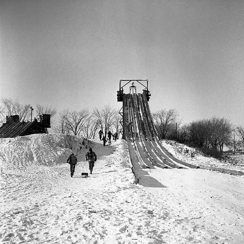 Toboggan au centre sportif maisonneuve 1955 vm105 y 3 for Centre sportif cote des neiges piscine