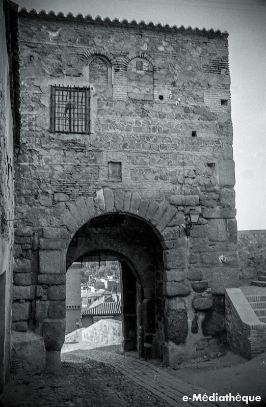 Puerta de Valmardón en Toledo en agosto de 1965. Fotografía de Jacques Revault © e-Médiathèque | Médiathèque SHS de la Maison méditerranéenne des sciences de l'homme