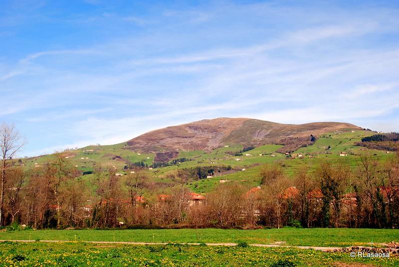 Valle de Carriedo: montañas, pastos y cabañas ganaderas