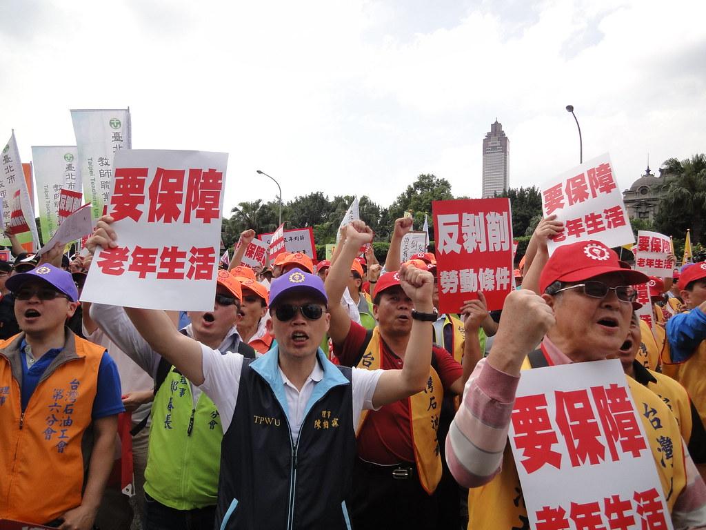 工會高舉老年生活要保障。(攝影:張智琦)