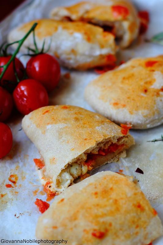 Ricetta dei panzerotti con mozzarella di bufala e filetto di pomodoro fresco