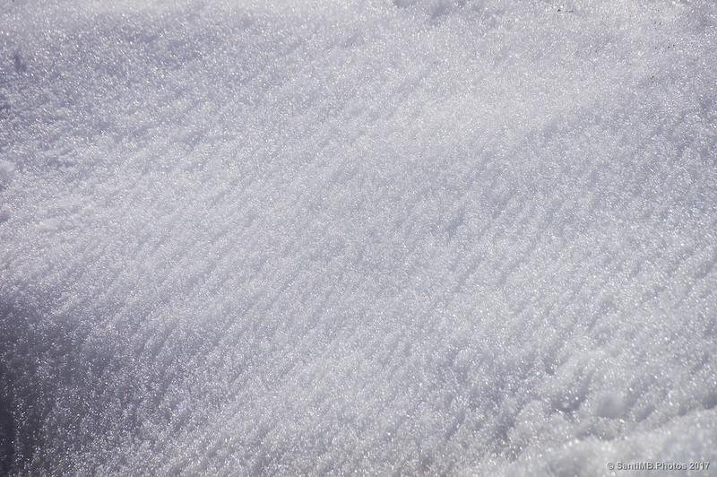 Nieve erosionada por la brisa de la montaña en Núria