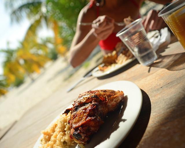 Comiendo un pollo asado en la playa de Playa Sirena