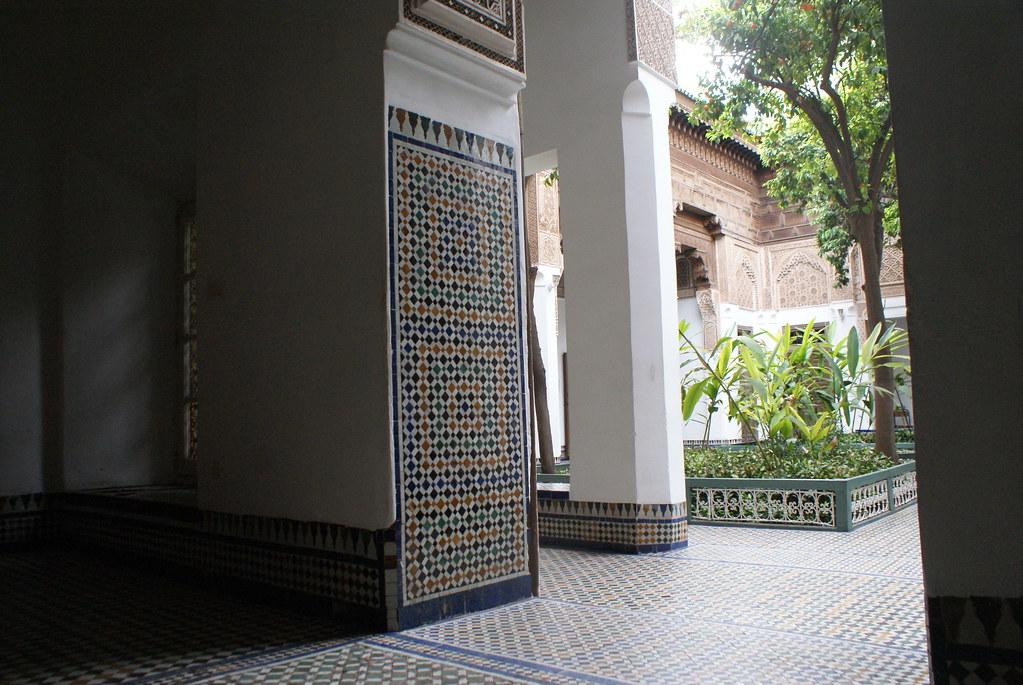 Cour arborée dans le Palais Bahia à Marrakech au Maroc.