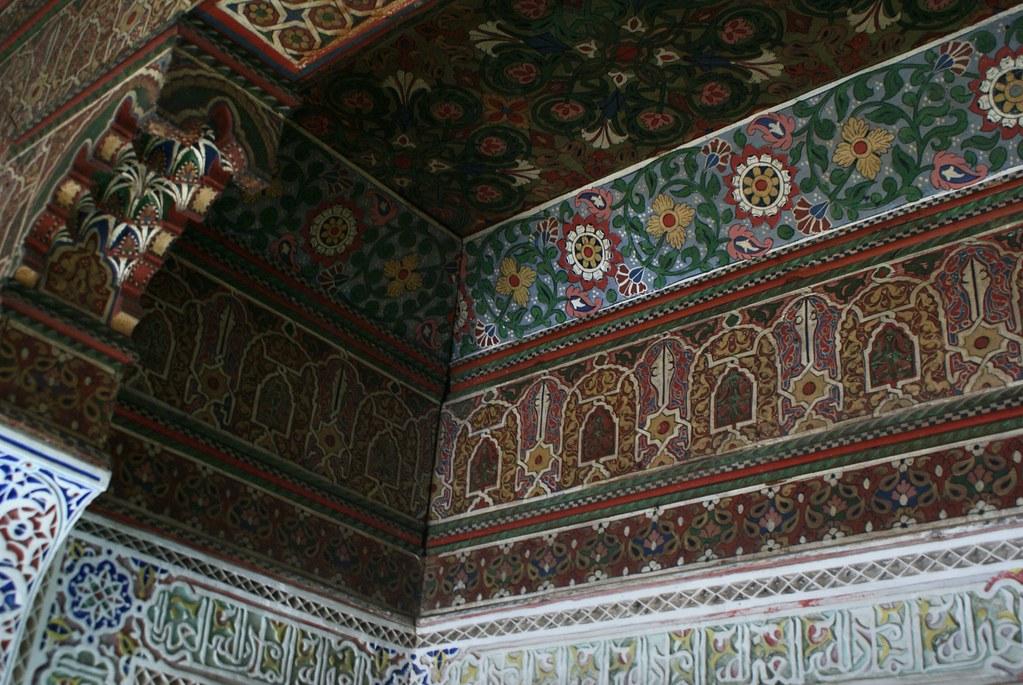 Bois peint et stuc sculptée dans un des patios du musée Dar Si Said de Marrakech.
