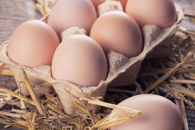 chicken-eggs-on-wood