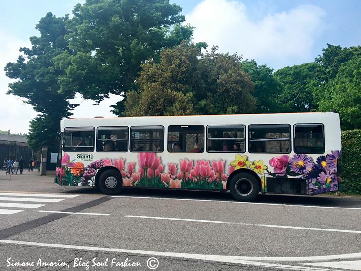 O ônibus que transporta os visitantes do parque do estacionamento até a entrada.