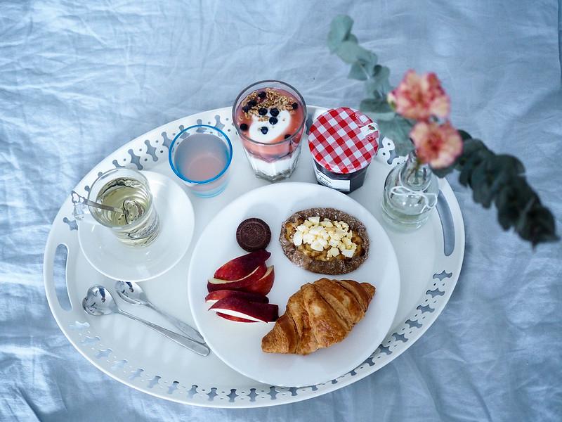 P2052692.jpgSundayBrunchAtHomeIdeasInspiration,P2052691.jpgSundayBrunchAtHomeInBedBreakfast, brekkie, aamiainen, kotona, home, bed, sänky, tarjotin, tray, ainekset, juoma, ruoka, drinks, foods, tee, croissant, hillo, jam, granola, serving, kattaus, asetella, sydän lusikka, silver heart spoon,
