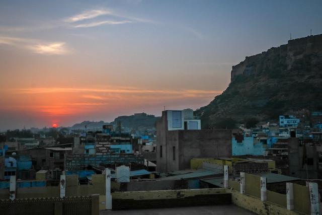 """Landscape of """"Blue city"""" Jodhpur with Mehrangarh Fort and sunset, India ジョードプル 青の町とメヘランガール・フォートの向こうに沈む太陽"""