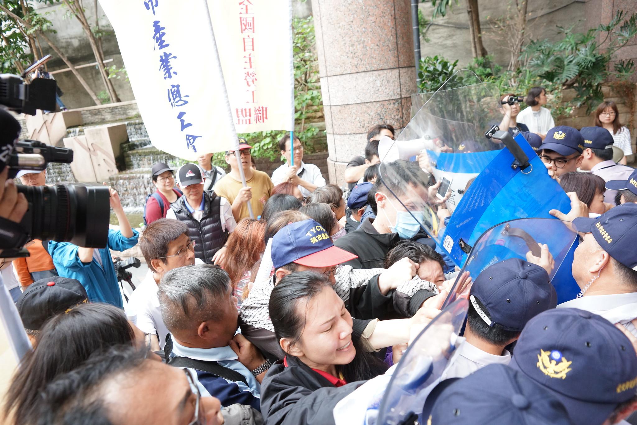 由於勞動部無積極作為也不願出面,勞工欲衝入一度與警方發生推擠衝突。(攝影:王顥中)