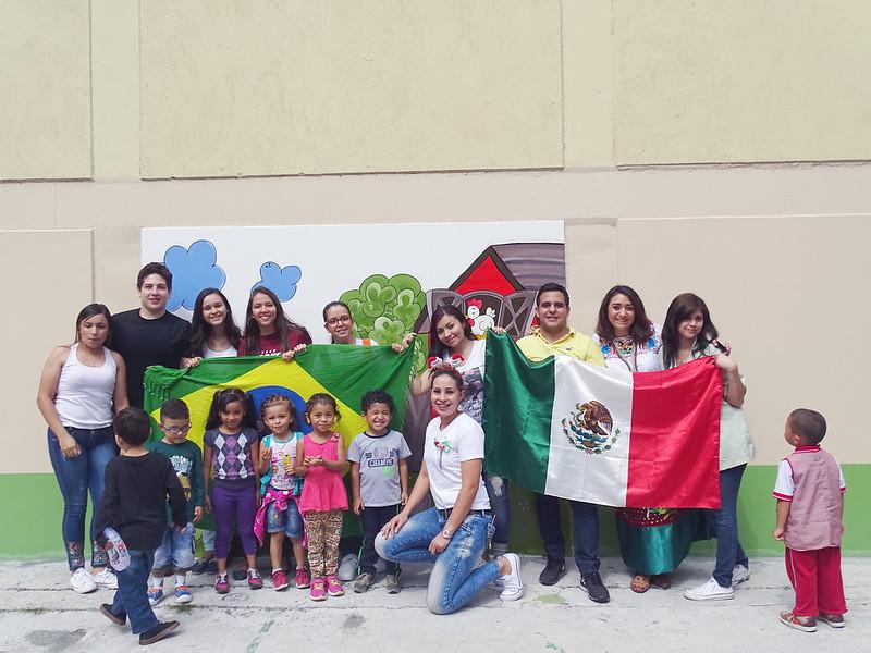 Grupo de pessoas e crianças com bandeiras de países