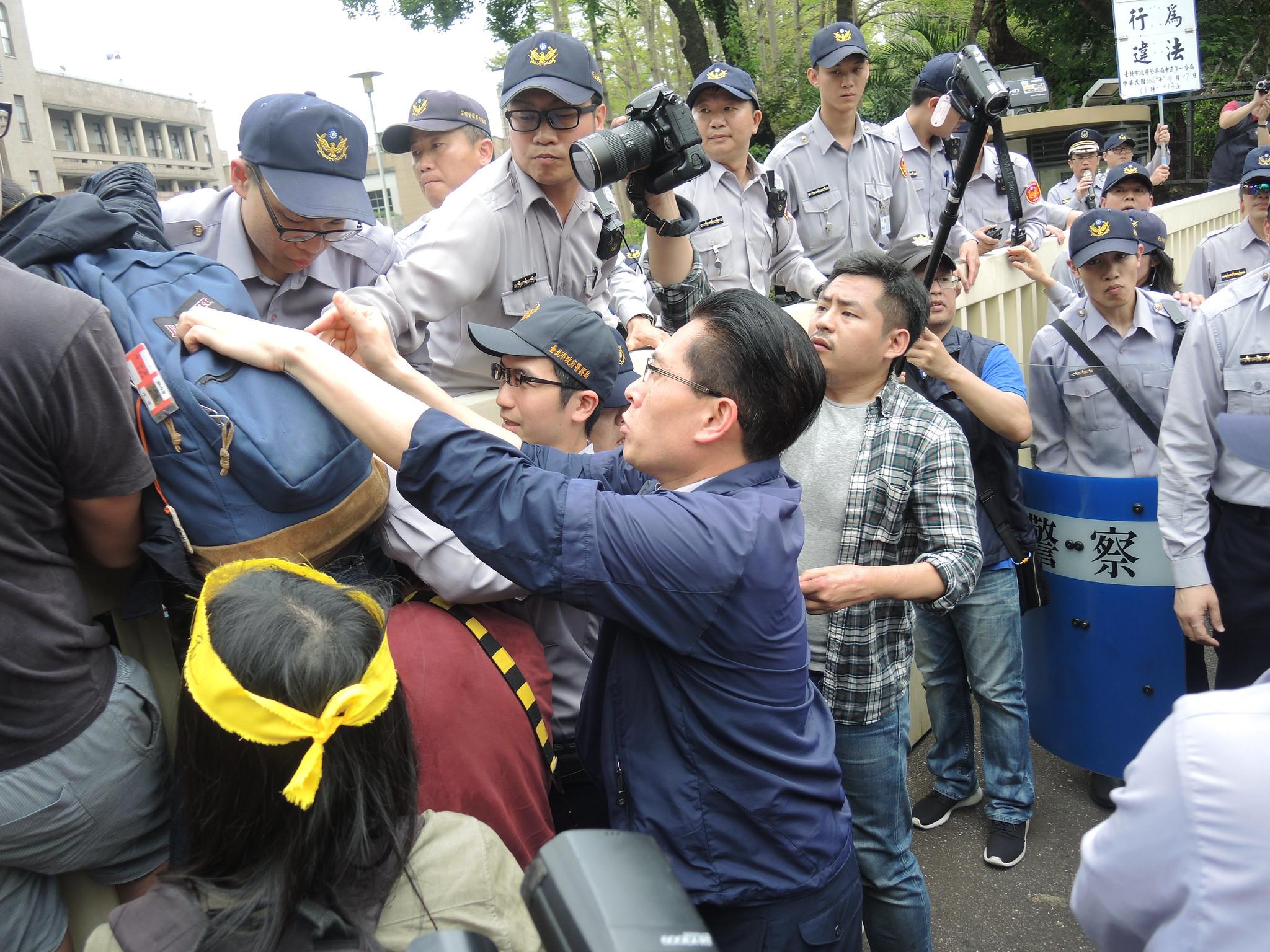 中正一分局副分局長董欣欣欲拉學生下來。(攝影:曾福全)