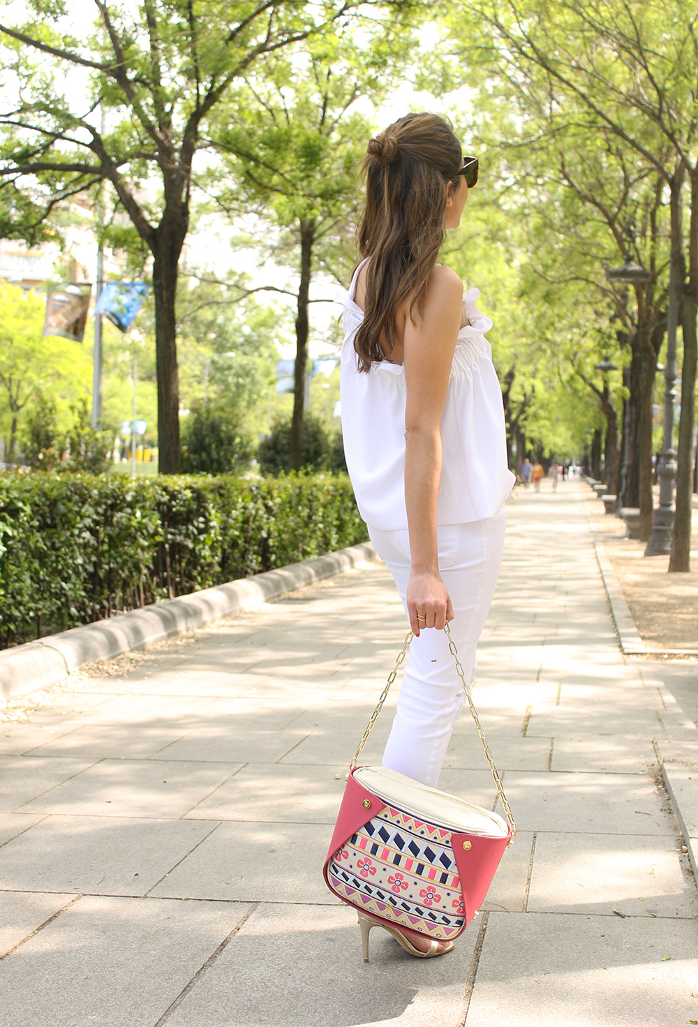 white outfit ripped jeans asymmetrical top pamapamar céline sunnies massimo dutti sandals fashion style07
