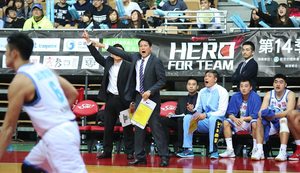 達欣總教練邱大宗(前左)。(籃協提供)