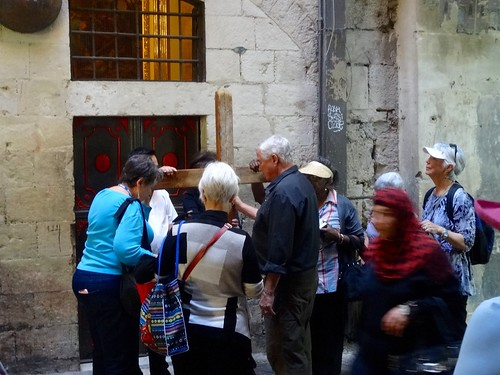 Processie met houten kruis door de straten van Jeruzalem