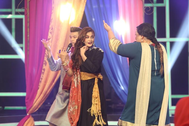 Reen Rahim melakonkan 2 watak dalam persembahan lagu Bole Chudiyan