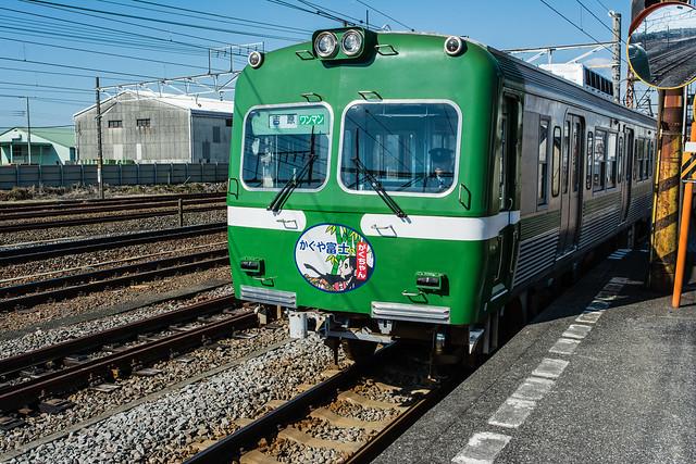 緑色の車体の岳南電車の車両