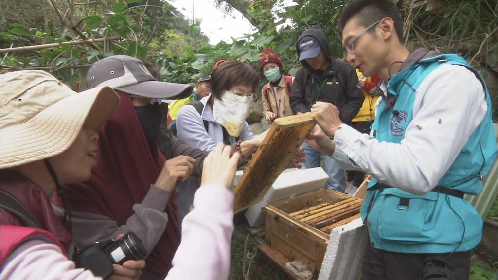 蔡明憲經常到各地演講,介紹蜜蜂生態,也實地帶著民眾到養蜂場,認識蜜蜂。