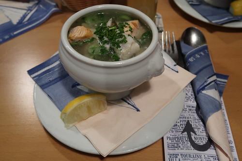 Binzer Fischtopf = frische Fischfilets aus heimischen Gewässern  mit buntem Gemüsestroh in aromatischer Fischsuppe