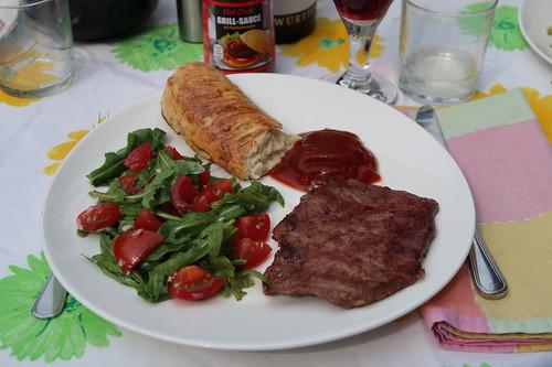Tomaten-Rucola-Salat zu Rindersteak mit Hot Chili Soße
