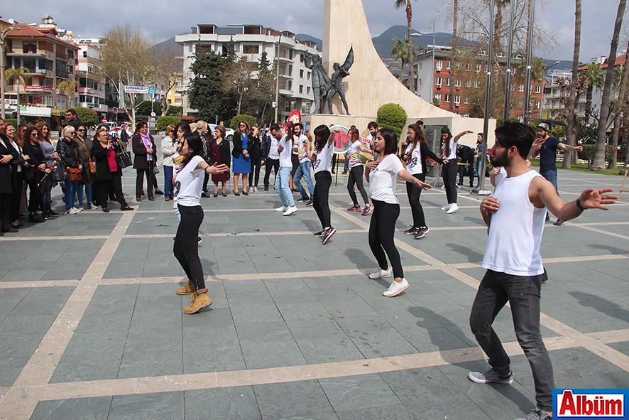 ALKÜ öğrencileri dans göstericileri ile katılımcıların beğenisini topladı.