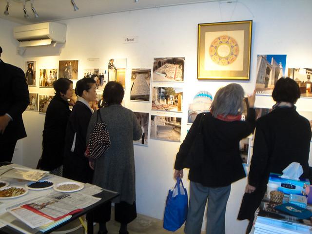 AMERICA-BASHI GALLERY=アメリカ橋ギャラリー開かれた写真展会場(2017年3月)