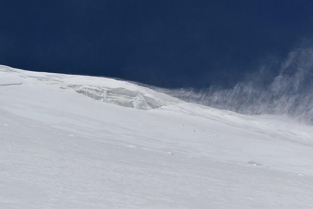下から見る雪庇