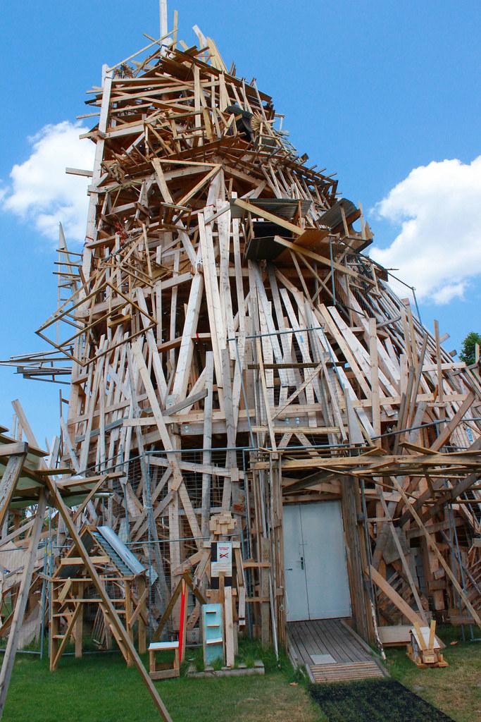 Cabane en bois tadashi kawamata collective folie au for Cabane en bois 10m2