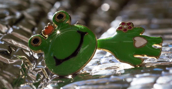 vihreä sammakko korvakoru