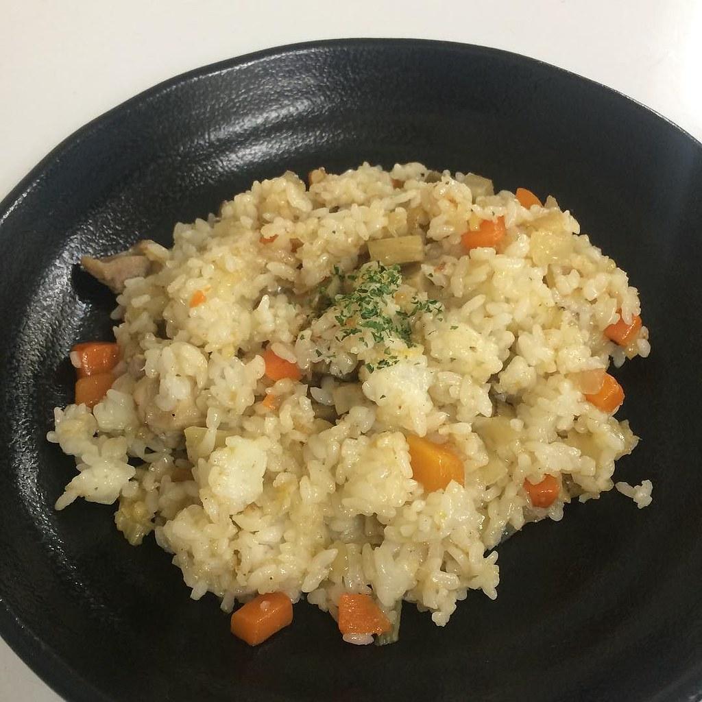 鶏肉と根菜の焼き飯 炊き込みご飯風 #今日のまかない #lunch #作りました 見かけたレシピをきっかけに適当に作ったけど、これすごい美味い。野菜たっぷり取れるし。自分で言うのもなんだけど。