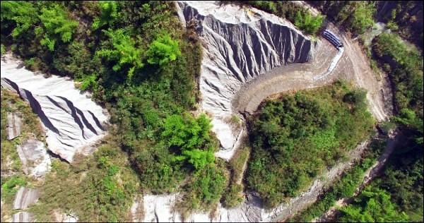 台南社大利用空拍揭發業者違法進行施工,水利局依水保法開罰。圖片來源:台南社大。