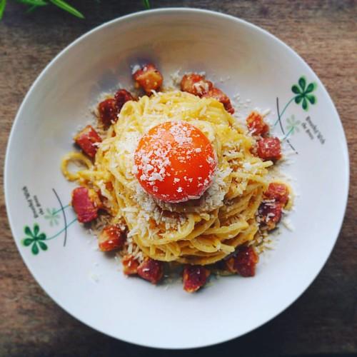 """今日自製午餐: #Carbonara #培根蛋麵  使用義大利麵中的Spaghetti長直麵,和義式培根(買一大塊來厚切丁)。  食譜來源是按照義大利老伯 Gennaro Contaldo 的影片學來的,不使用任何鮮奶油或牛奶,自然地讓煎培根的油和煮麵水一起乳化,最後""""拌上""""現磨帕馬森起司和蛋黃(以及全蛋),味道中你能吃到你自己選購的好雞蛋以及培根香氣,起司濃郁令人有滿足感。   #PastaallaCarbonara #Spaghetti #Pasta  #義大利麵 #Food #LOVE  喜歡的人可"""