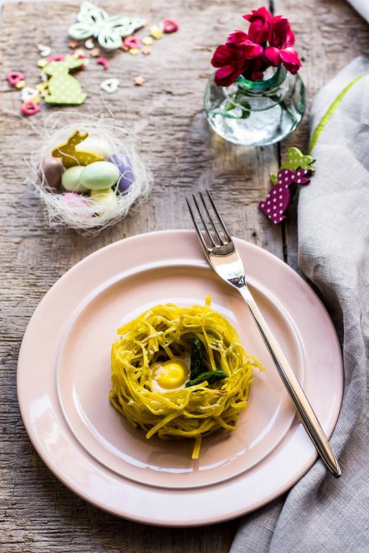 Nidi con pesto di asparagi e uova di quaglia