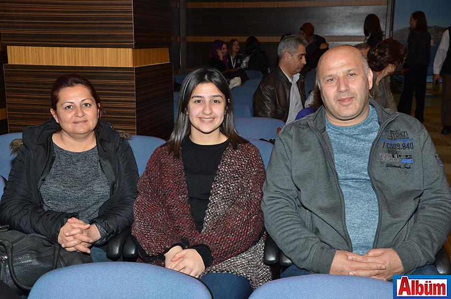 Alanya Sosyal Hizmet Merkezi Müdürü Ahmet Çelik ve ailesi Albüm'e poz verdi.