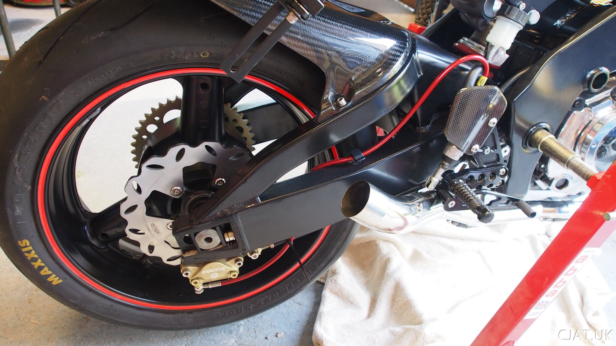 Suzuki RF900 StreetFighter braced swingarm with carbon mudguard and gillies rear set, 180 tyre wavy disk brake and brembo caliper