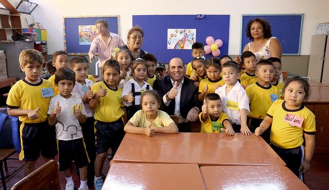 Presidente del Consejo de Ministros, Fernando Zavala, visitó a los  niños del colegio María Parado de Bellido en Barrios Altos, en el primer día de clases del año escolar.