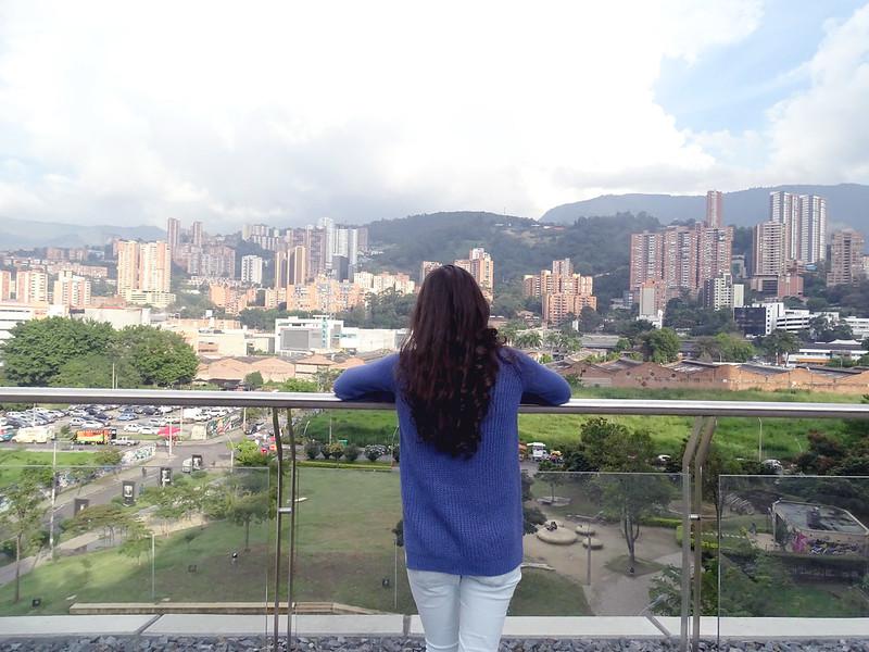 Prédios e montanhas de Medellín